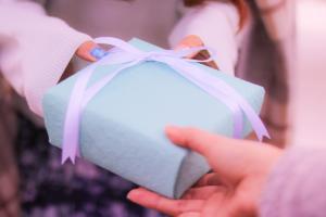 ネックレスプレゼントの箱の入れ方!スポンジはどう使う?ラッピングも可愛く!